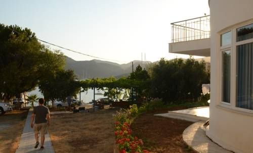 Kaptan Apart Bozburun Offering free WiFi and a garden, Kaptan Apart is located in Bozburun, 27 km from Marmaris. Rhodes Town is 31 km away. Free private parking is available on site.  There is also a kitchenette, fitted with a fridge. Bed linen is available.