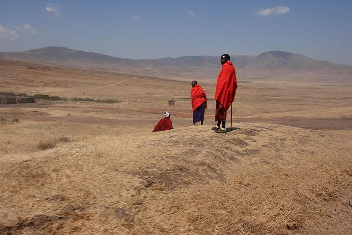 Masai-heimon jäseniä Ngorongoron kansallispuistossa.