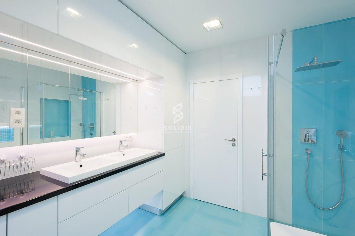 Priestranná a svieža podkrovná kúpeľňa v bielo tyrkysovom prevedení veľkoplošných obkladov od prestížneho výrobcu ATLAS CONCORDE.