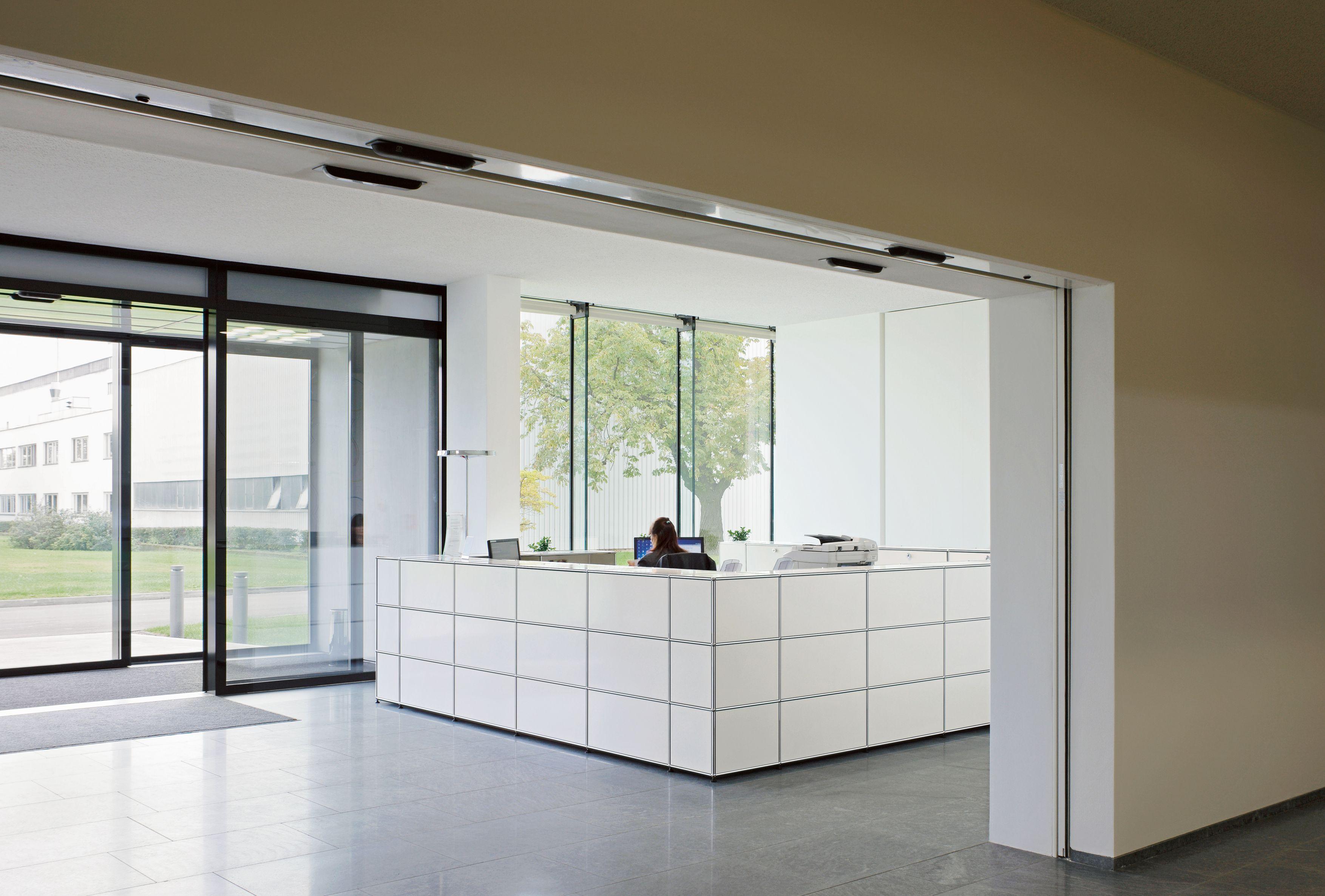 USM Haller reception station in pure white. www.usm.com | Bureau ...