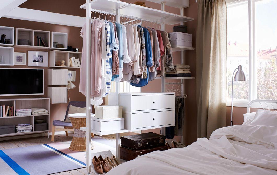 diese offene garderobe dient gleichzeitig als raumteiler im boutiquestil einrichten und wohnen. Black Bedroom Furniture Sets. Home Design Ideas