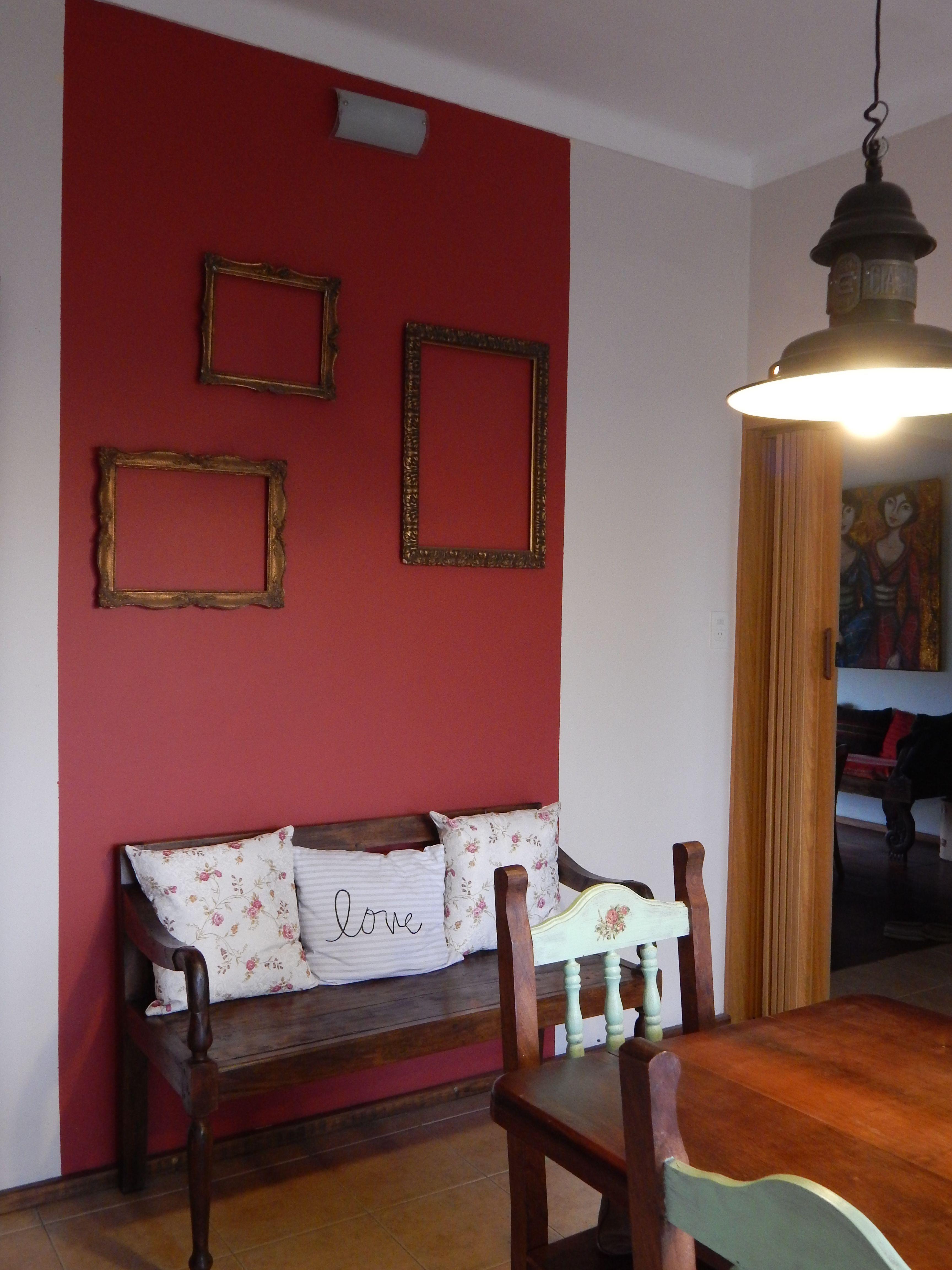 Toque de color en la pared del comedor, y marcos de cuadros antiguos ...