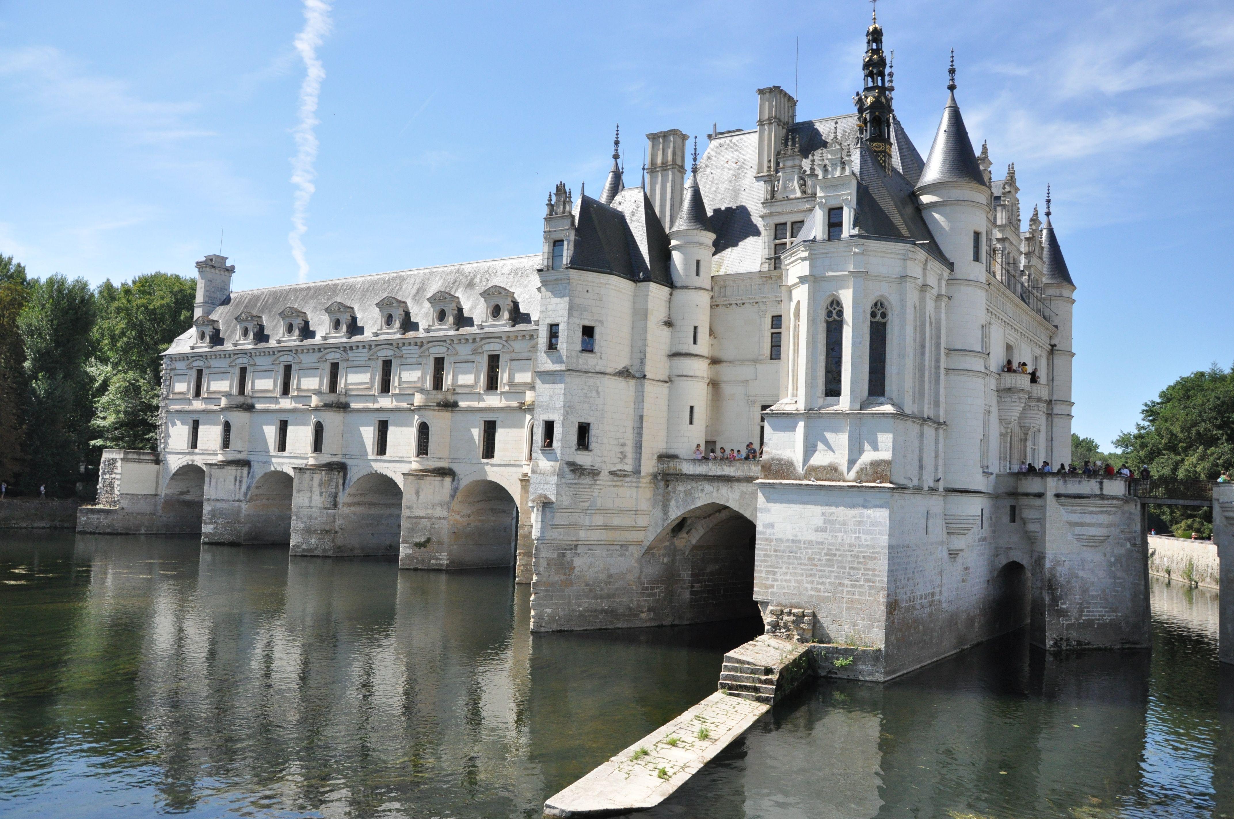 É tranquilo visitar os castelos do Vale do Loire de transporte público? -- Quero conhecer os castelos do vale do Loire em Maio, a idéia seria chegar em Tours à noite, e pela manhã conhecer uns 2 ou 3 castelos e depois ir para Paris. Daria para conhecer os castelos Chenonceau, Amboise e Villandry de ônibus ou transporte público, sendo que só entraria em 1 castelo?