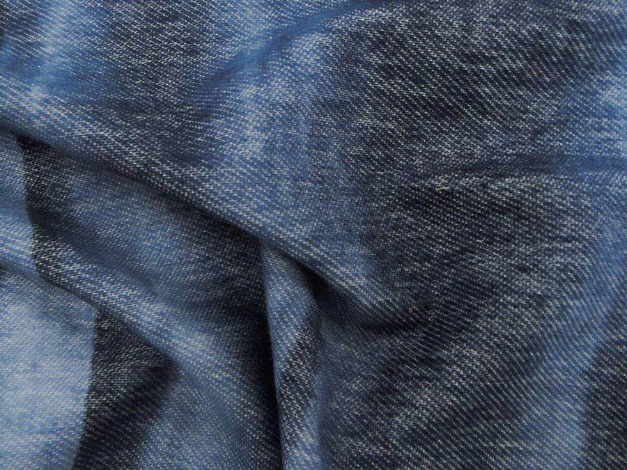 Malha Denim Tie Dye (Azul e Preto). Malha composta por fio em 2 cores, dando o aspecto de jeans. Toque agradável a pele. Malha mais fina, suave e muito maleável.  Sugestão para confeccionar: legging, calça montaria, calça flare, shorts, entre outros.