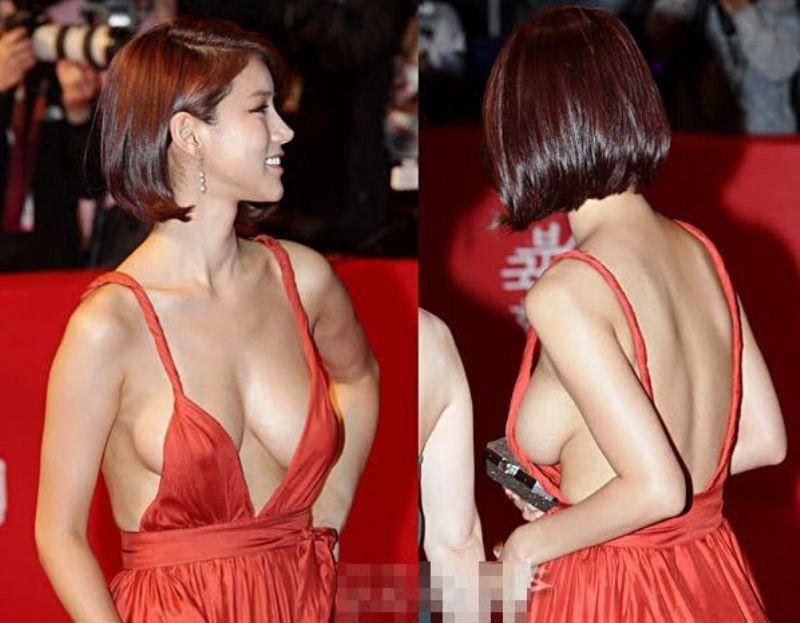У женщины видно грудь с боку платья — pic 5
