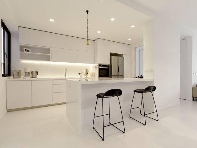 Una cocina blanca, abierta y con la placa de cocción oculta ...