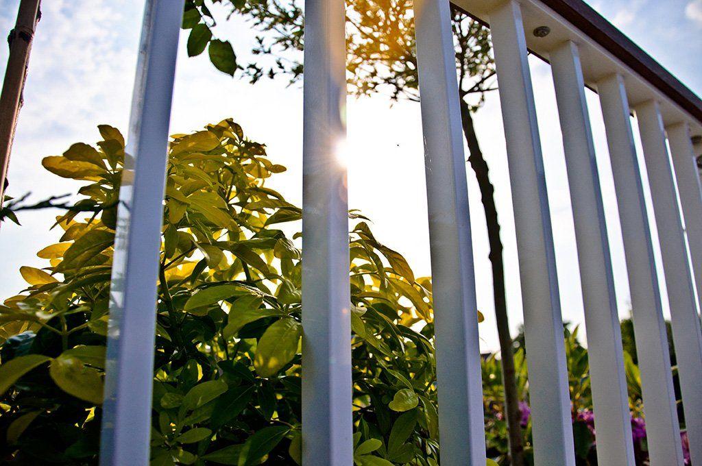 Veel gekozen combinatie, spijlhekwerk met hardhouten dekregel. Aluminium hekwerk beschermd tegen weer en wind met zilverkleurige anodiseerlaag.