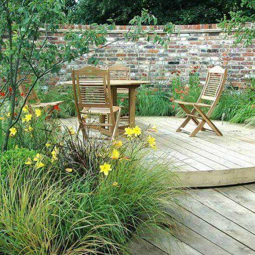Garten idee  holz boden belag garten idee ziegelmauer klappmöbel | Terrasse ...