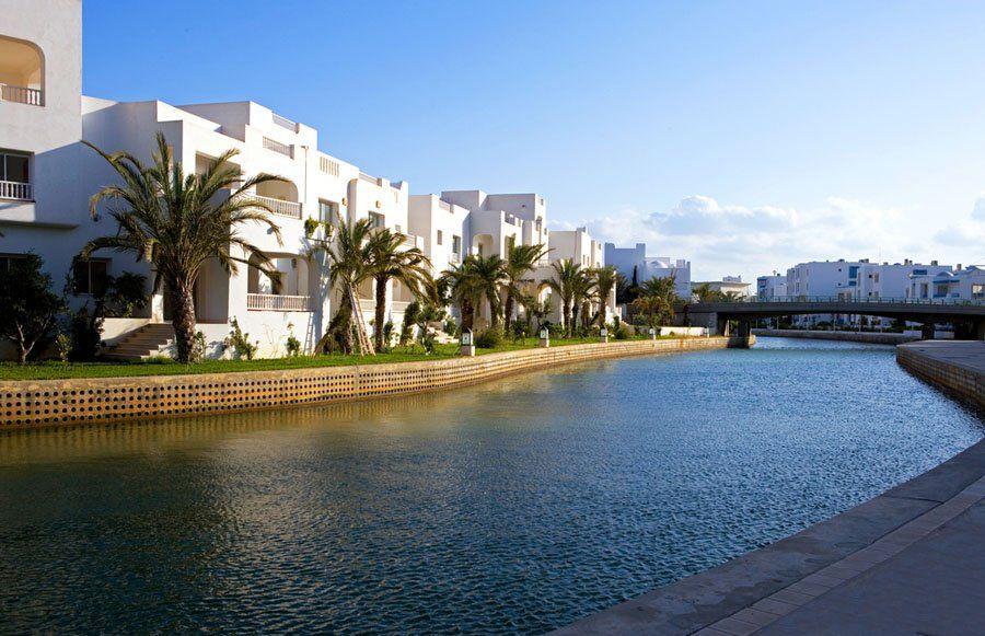 ياسمين الحمامات هو منتجع سياحي في مدينة الحمامات السياحية في تونس ويعتبر من أهم المعالم السياحية في تونس يحتوي على عديد النزل والفنادق و Outdoor Water River