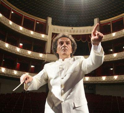 Shardad Rohani (...) è un compositore, direttore d'orchestra, violinista e pianista iraniano. Ha studiato presso il conservatorio nazionale di Teheran e l'Universität für Musik und darstellende Kunst Wien, e ha ricevuto diversi riconoscimenti internazionali, tra cui le borse di studio AKM di Vienna e quella della ASCAP di Los Angeles.