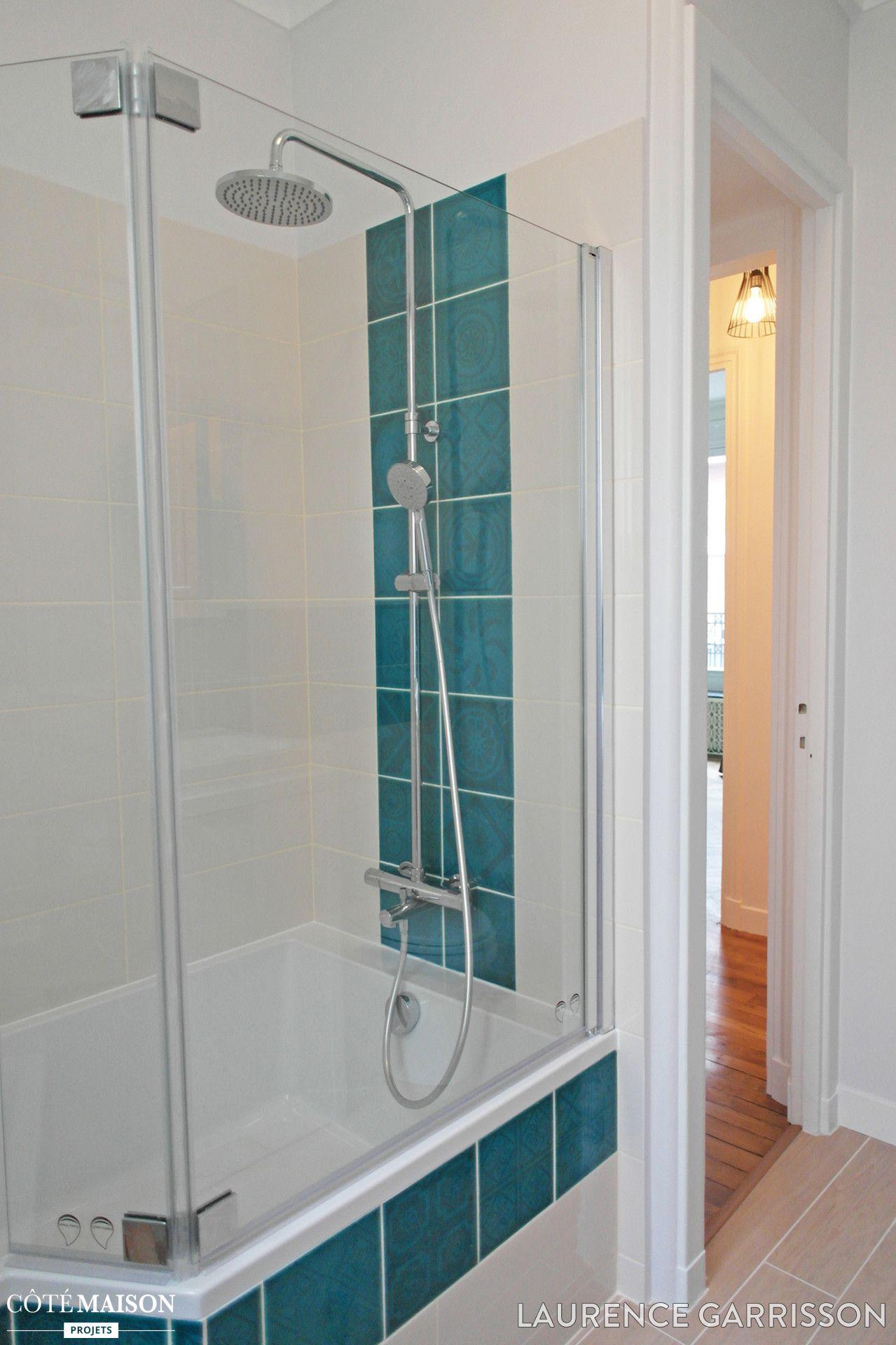 Carrelage Salle De Bain Bleu Turquoise salle de bains blanche. baignoire. carreaux blancs avec