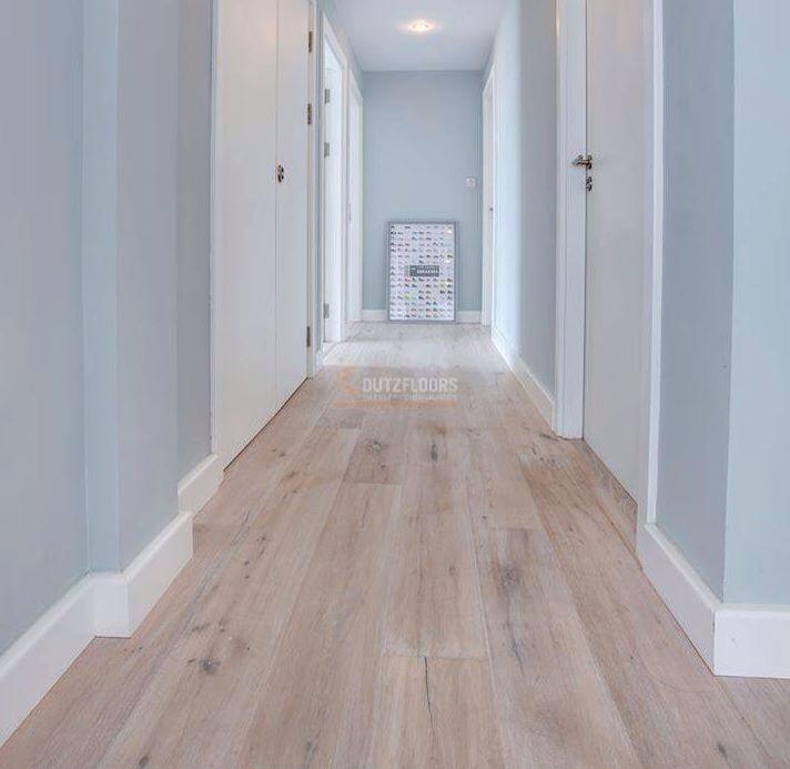 Mooie combi de kleur van de muur de witte plinten en de laminaatvloer parket leefruimte - Kleur corridor ...