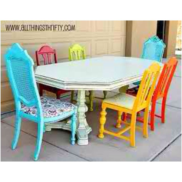 mesa vieja con sillas todas diferentes,me encanta.