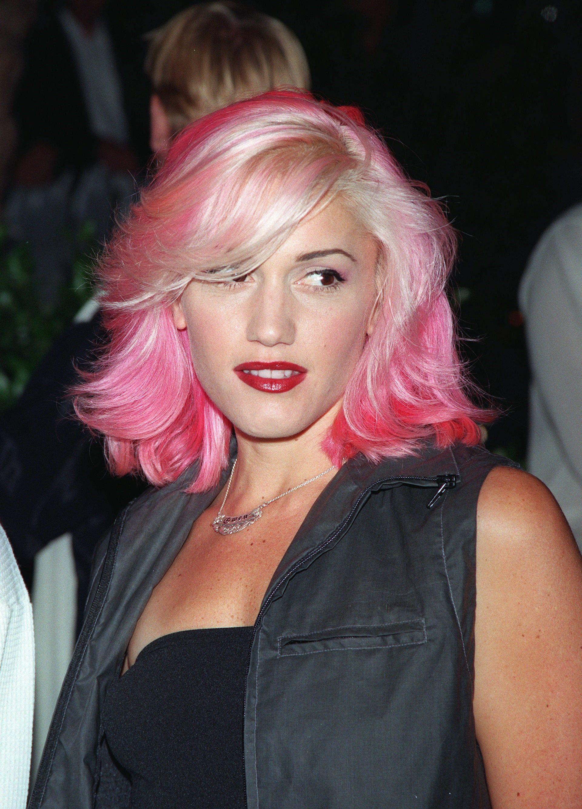 Gwen Stefani With Pink And Blond Hair Gwen Stefani Hair Pink Hair Hair Beauty