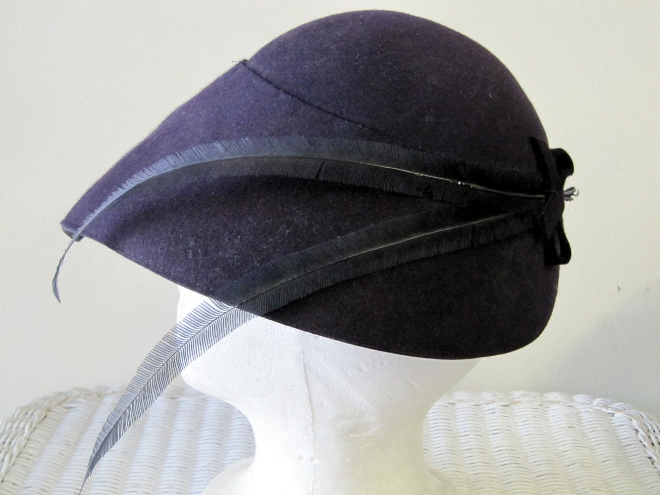 5fc66a592cf 1920 s hat. Love the feathers.