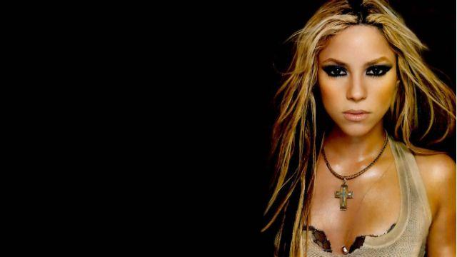 Heavy's 20 Hottest Photos of Shakira   #6: Shakira maintains a constant glisten.