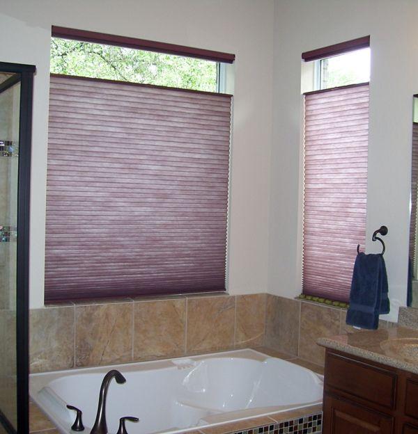 wunderschönes-badezimmer-mit-lila-rollos-für-badfentser | schöne