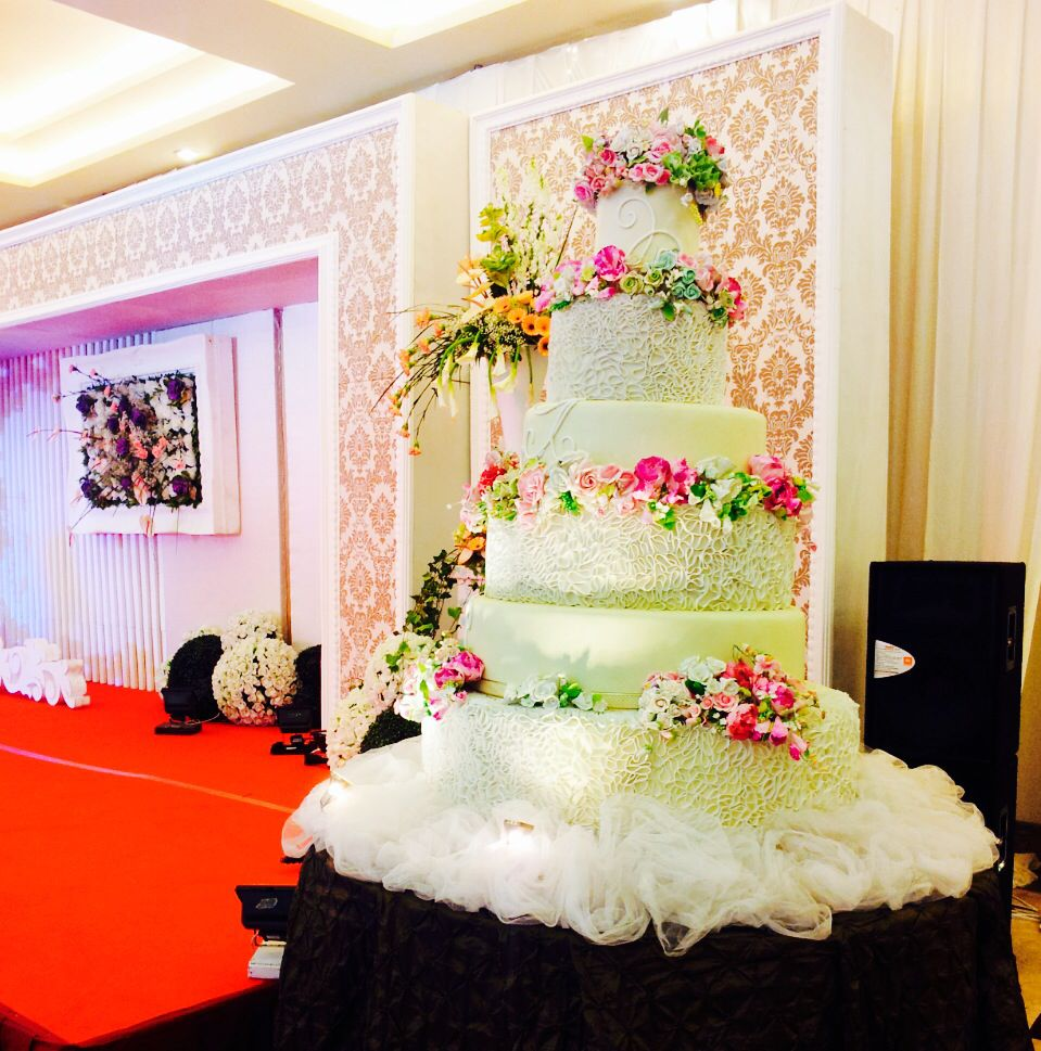 Wedding cake. Decorations by www.liengallery.com  #surabaya_florist #LienFlowerDecoration #tokobunga #tokobunga_surabaya #delivery_florist_indonesia #florist #fleurs #flower_arrangement #florist_banjarmasin #bunga_meja #bungameja #bouquet #rangkaian_bunga #Indonesia #tokobunga_banjarmasin #wedding #dekor_surabaya #dekor_banjarmasin