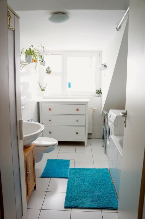 badezimmer einrichtungsidee wei e badezimmerm bel helle fliesen gr ne pflanzen und blaue. Black Bedroom Furniture Sets. Home Design Ideas