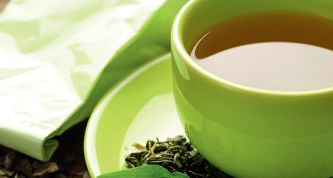 Kamille lindrer allergi - Særlige stoffer i kamillethe fungerer som antihistaminer. Grøn te beskytter mod solen - Drik en daglig kop flydende solfaktor for at passe på din hud. Hibiscus fik blodtrykket til at falde hos testpersoner, der drak tre kopper dagligt. Forskning har vist, at sportsfolk, der drak pebermyntete, kunne løbe hurtigere og tage flere armbøjninger.  Rooibos sænker det usunde kolesterol.   Kilde: http://www.fitliving.dk/sund-livsstil/6-x-super-te/