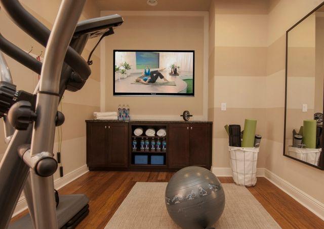 kleiner fitness raum haus einrichten frauen beige wandfarben laminatboden fitnessraum in 2019. Black Bedroom Furniture Sets. Home Design Ideas