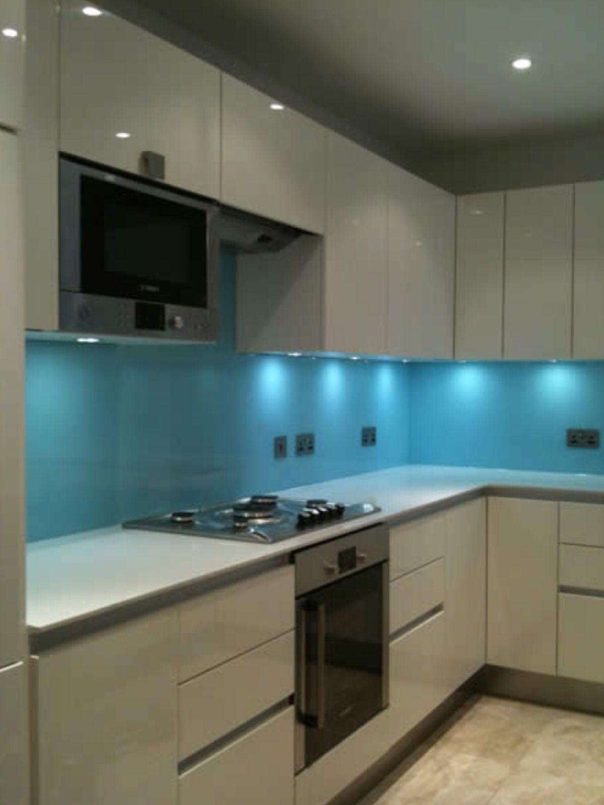 New gloss kitchen with glass splashback | decoração apartamento ...
