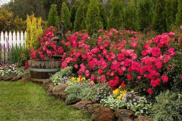 Image from http://www.minimalisti.com/wp-content/uploads/2015/05/flower-garden-ideas-garden-fence-flower-beds-garden-decoration.jpg.
