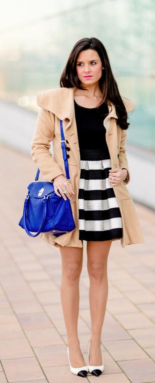Combinacion de vestido negro con zapatos azules