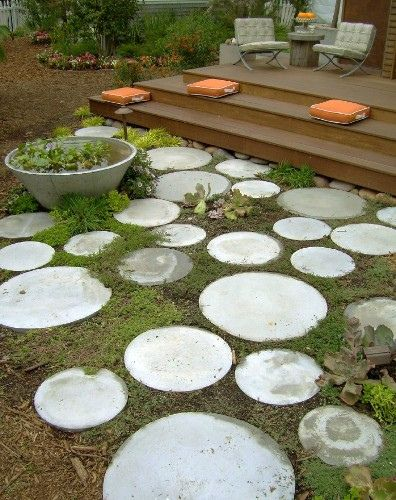 Love These Round Pavers They Remind Me Of Moons Image From The Net Garden Stepping Stones Round Pavers Garden