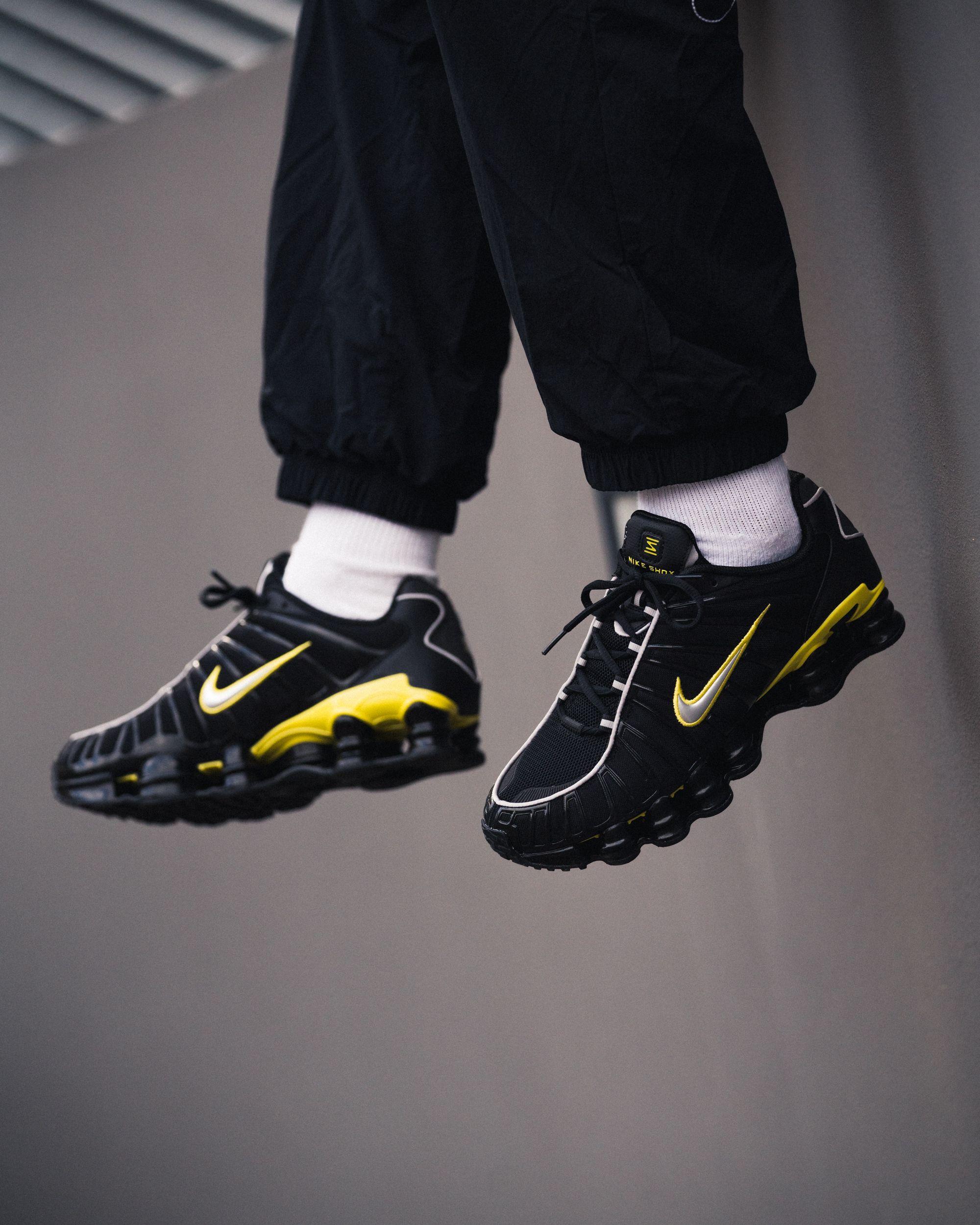 Schwarze Sneaker mit gelbem Nike Zeichen, Schuhe von Nike
