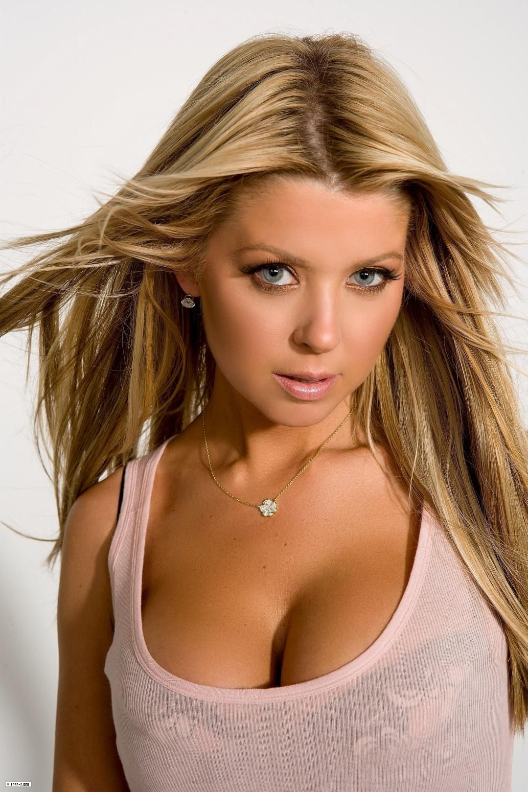 Tara Reid with visible bra cups and straps #vpl | actresses ...