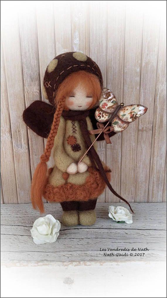 Art doll / figurine / ooak / petite fée en laine feutrée et sa fibule papillon