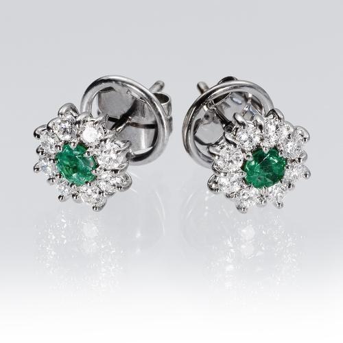 24946c0ed09e Pendientes esmeralda y diamantes FLOR. Pendientes tipo roseta con ...