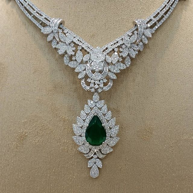Stunning Emerald Necklace With Dropping Diamonds To Enhance Your Charm And Look