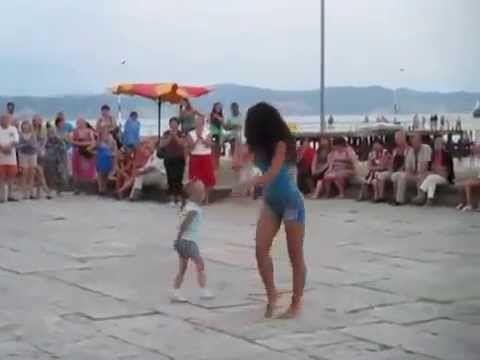 Грузинская девушка зажигает на пляже