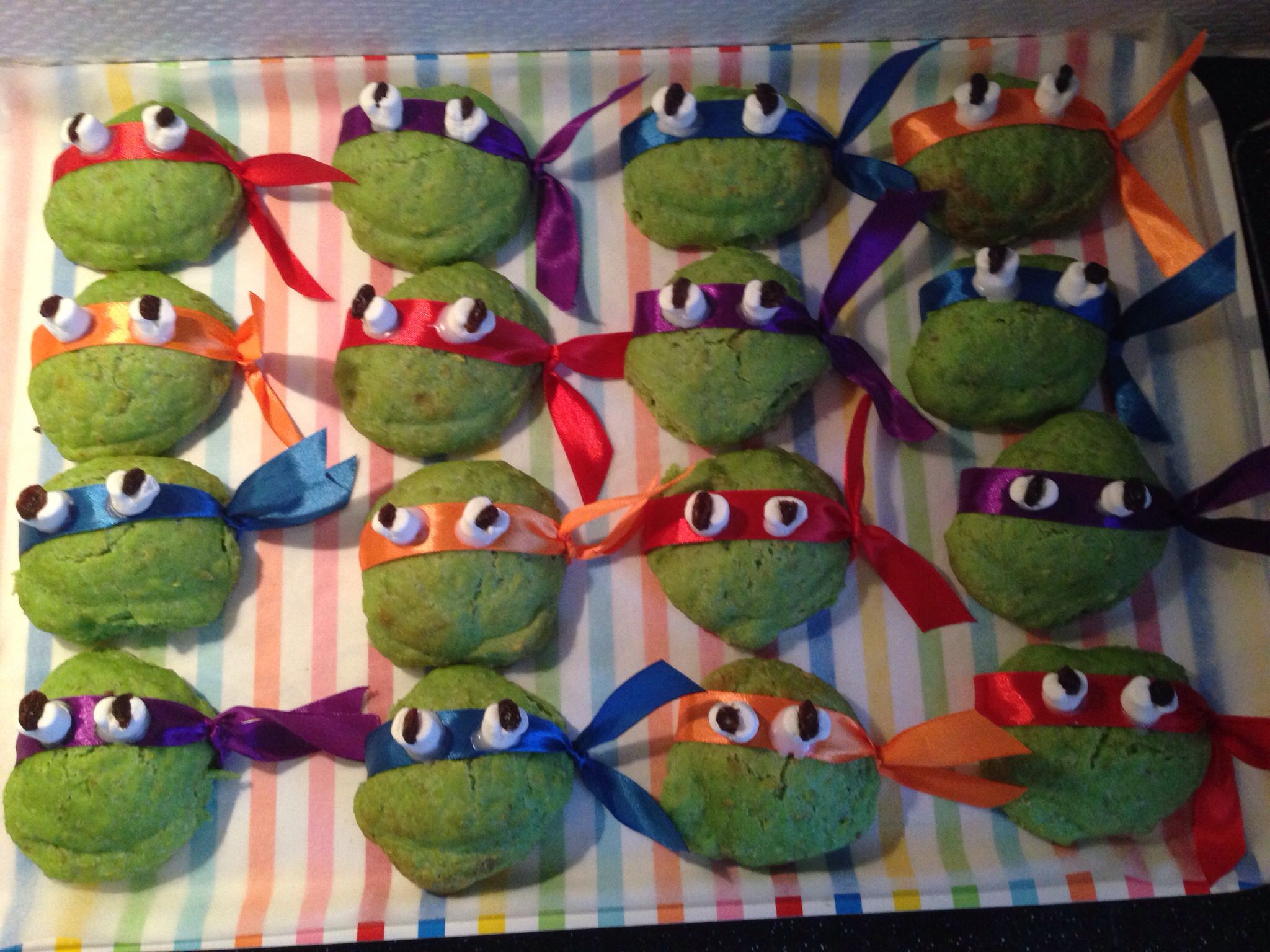 Ninja Turtles boller - alm boller + grøn frugtfarve, gavebånd fra Tiger, miniskumfiduser + rosiner som øjne sat fast med en klat glasur