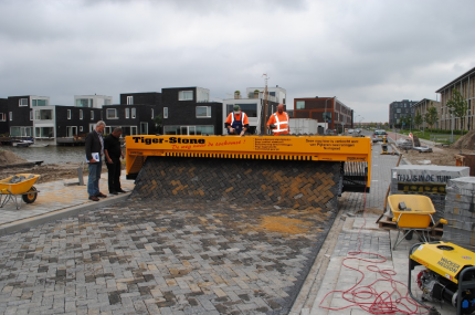 The labor-intensive work of paving a road has been simplified by a Dutch machine called the Tiger-Stone.Wherever the device goes, it will produce an instant road in the front.