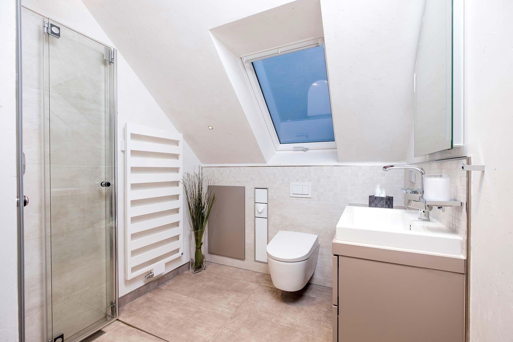 Badezimmer bad bad mit dachschr ge bad und badezimmer for Duschbad ideen