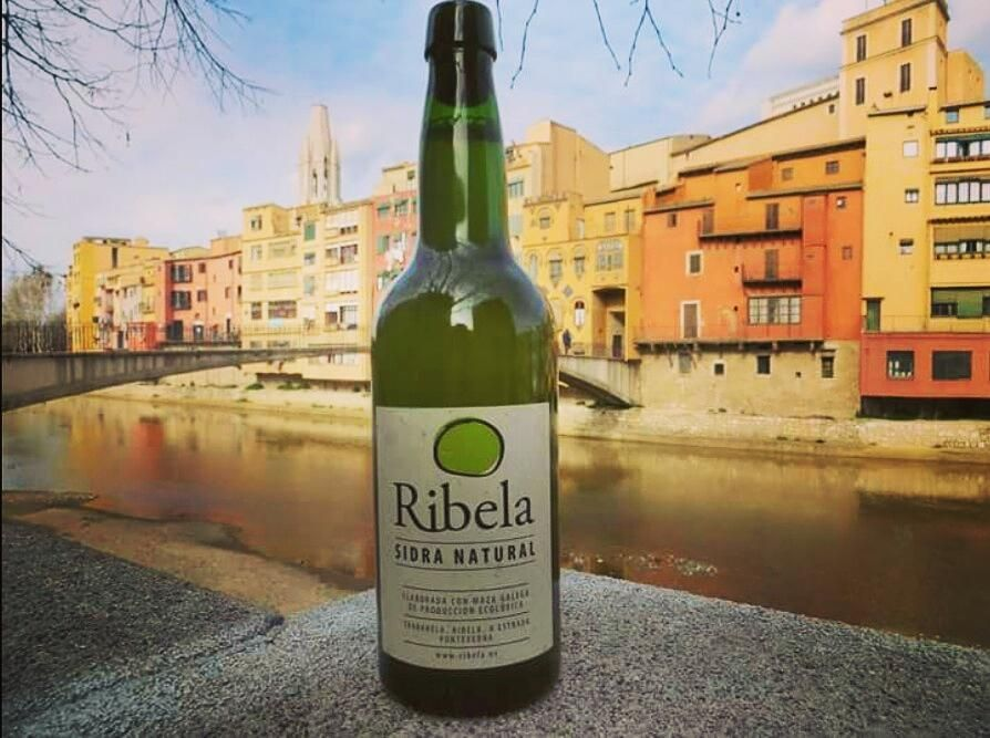 De paseo / Sightseeing #Ribela #Sidra #cider #sidragalega #Ribelaclasica #Girona #sidraribela by sidra_ribela