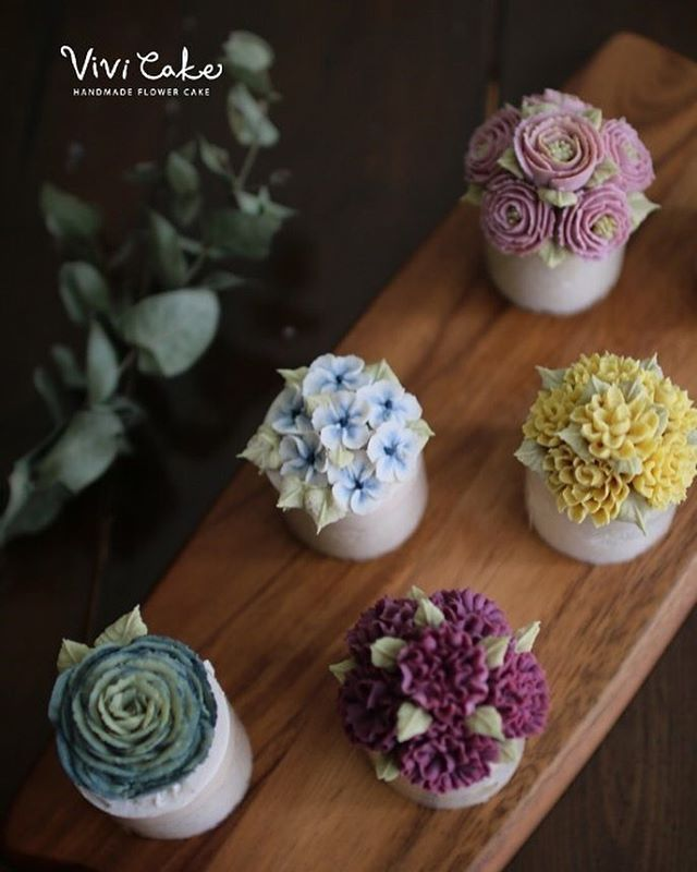 "70 Likes, 2 Comments - 홍대 플라워케이크 클래스 Flowercake Class (@vivi_cake_) on Instagram: ""Rice cake. Bean paste flower. Made by_student Basic course 3th. . . . 비비케이크 www.vivi-cake.com…"""