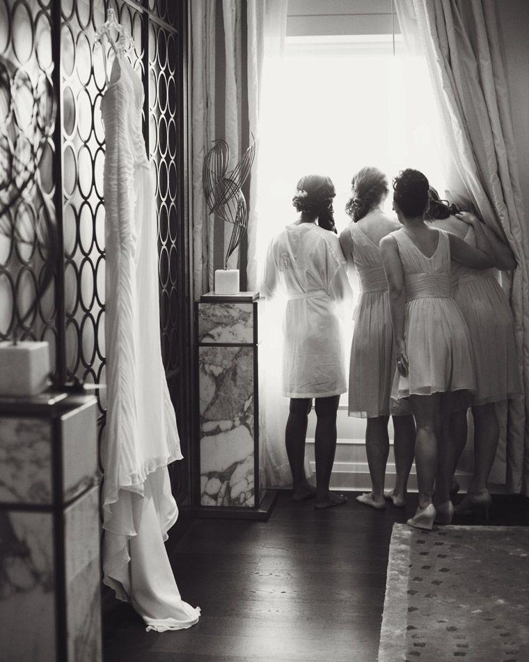Bridesmaid et moi regardant par fenêtre...