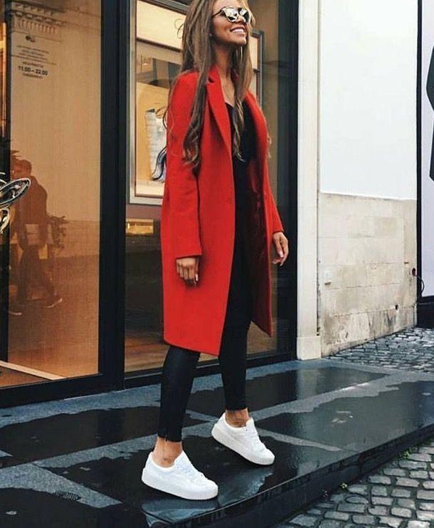 Roter Mantel, schwarze Lederleggings, weiße Sneakers. Streetstyle, Straßenmode #allwhiteclothes