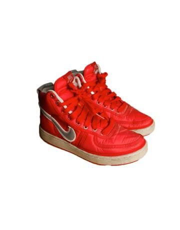 Zapatillas Nike de boxeo color rojo. Estuvieron de moda en Chile en el año 1987. Tuve de color negro también. Las promovieron en la primera película de Terminator.