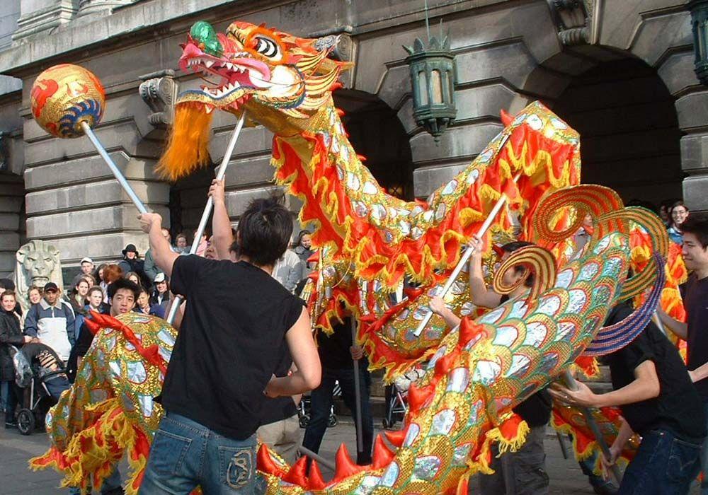 Here we explain the Chinese Dragon Dance custom. Watch a