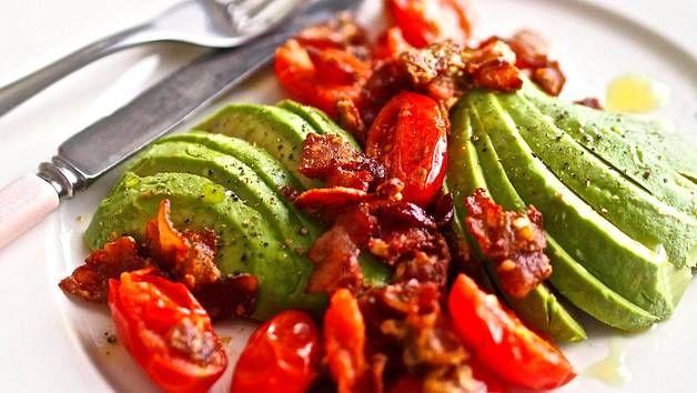 Värikäs avokado-tomaattisalaatti maustetaan pekonilla.