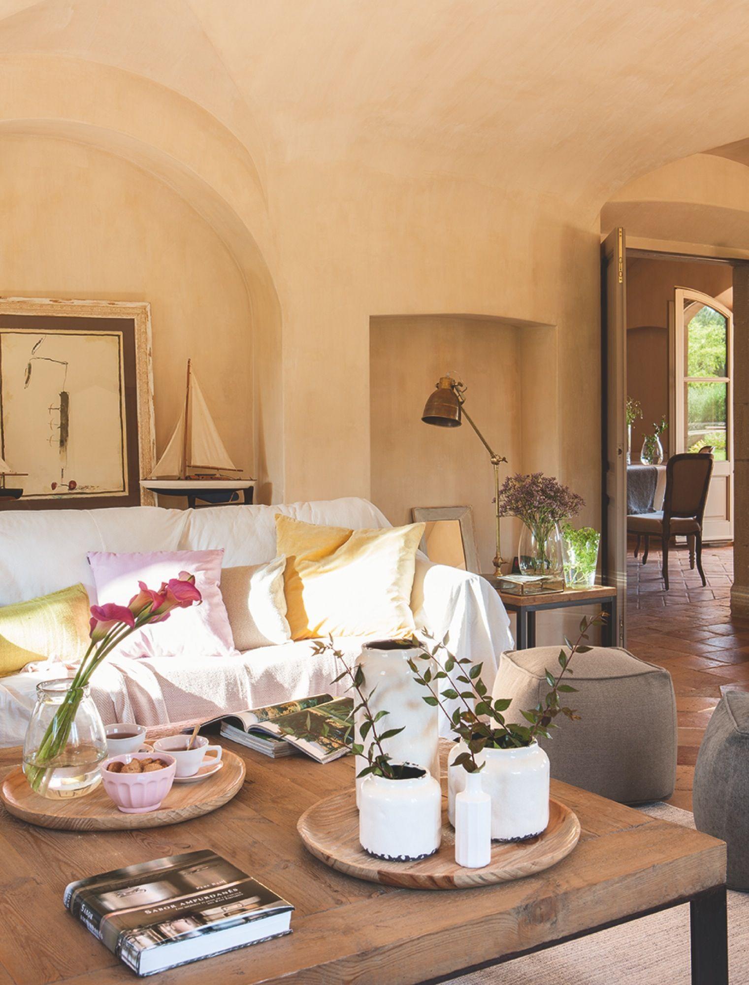 C lido y acogedor home masia casas y salones - Bandejas decoracion salon ...