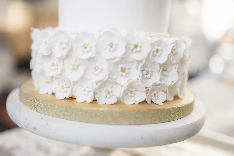 Enchanted Fairytale themed photoshoot Weddingcake in dreamy white ...