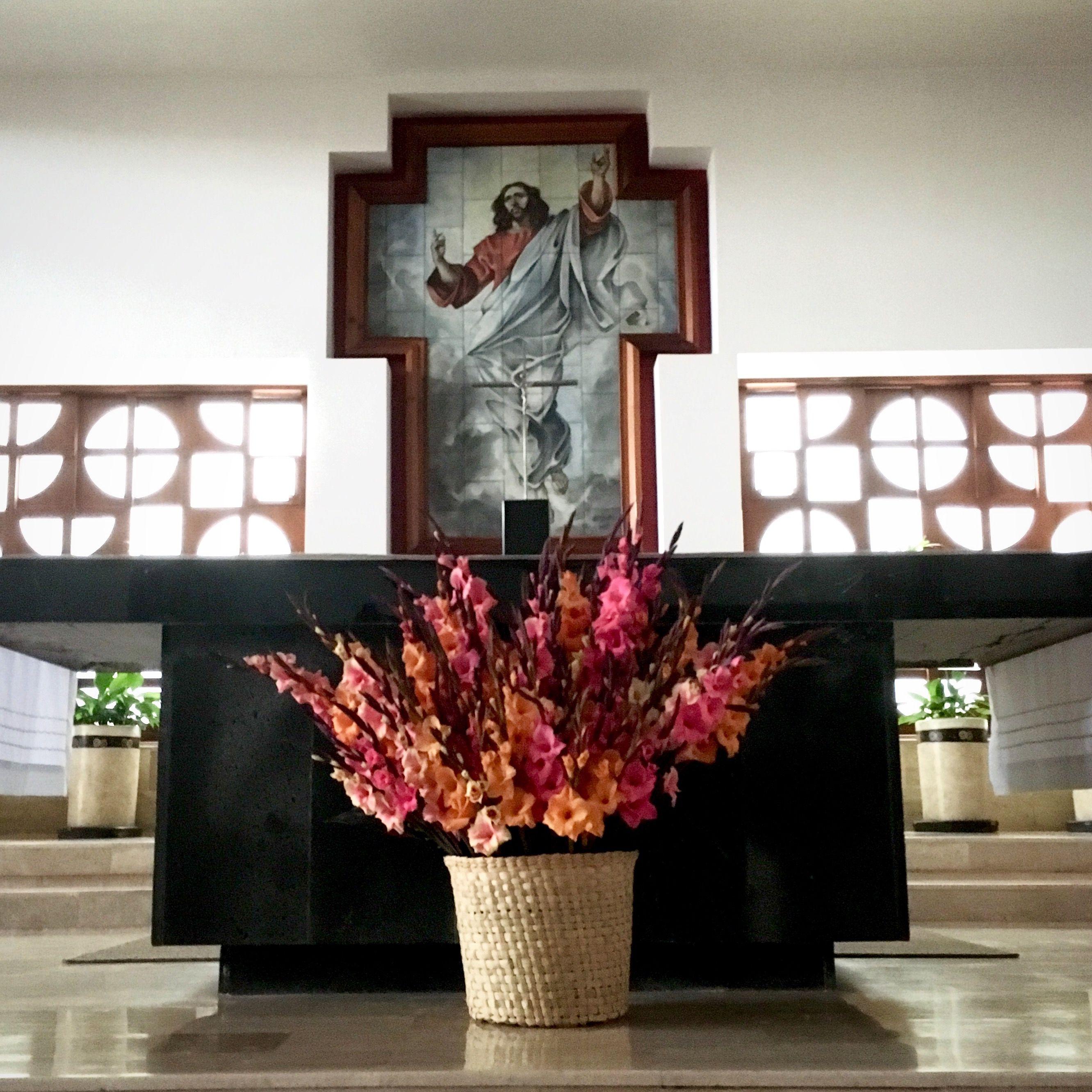 Gladiolas en Canasta, arreglos para iglesia