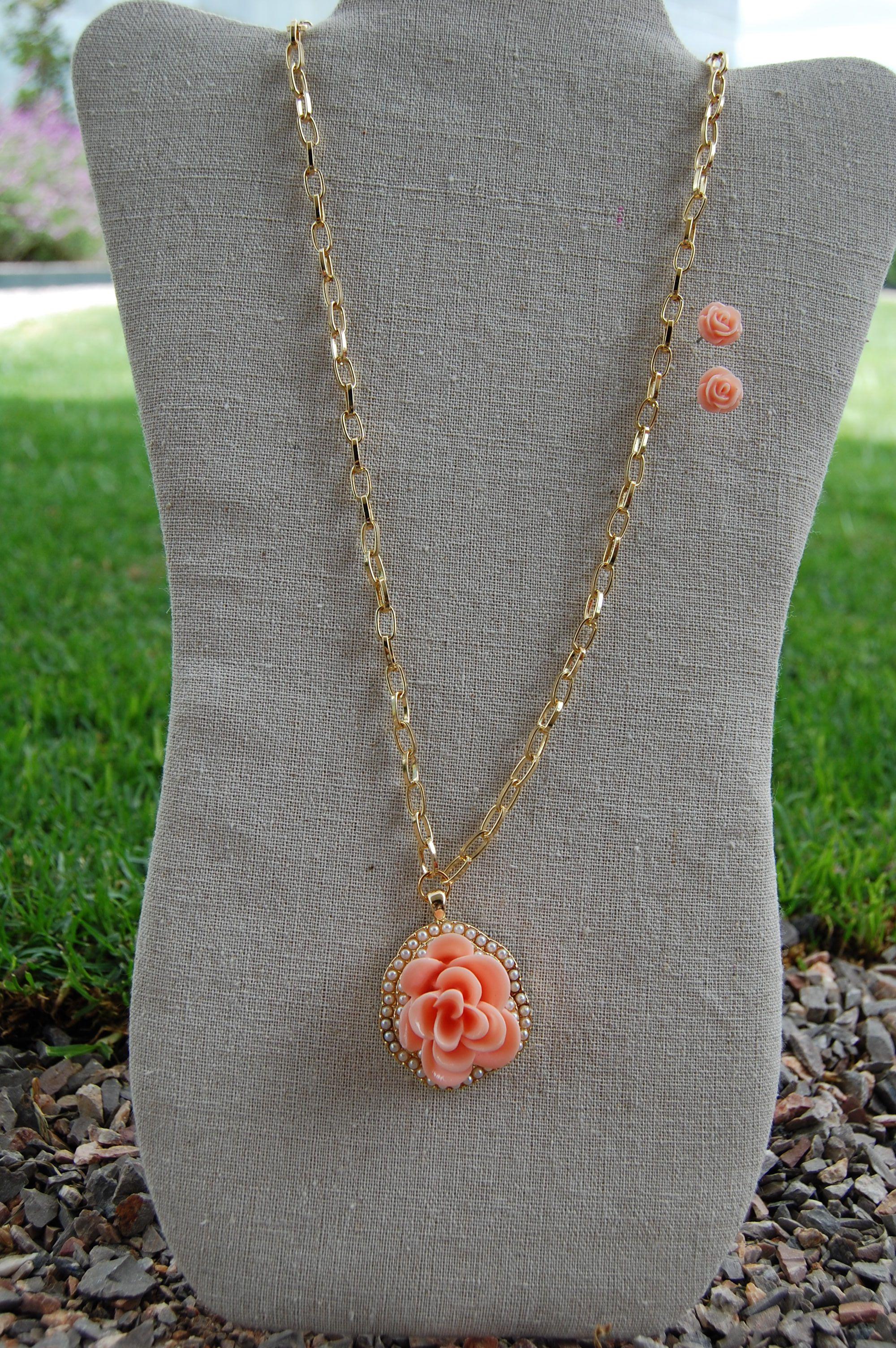 Set de collar dorado largo con dije en forma de flor color rosa con perlas y aretes a juego $210.00