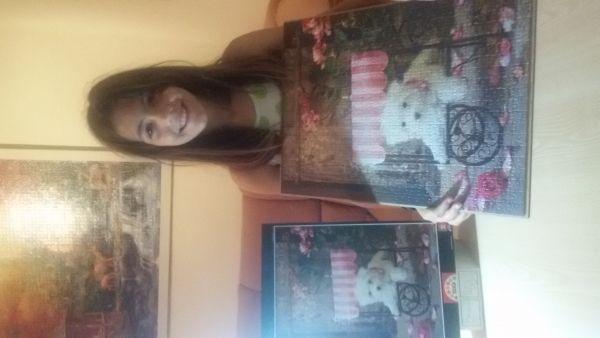 En esta foto Ariadna, hija de Xavier Gomis, nos muestra su puzzledel cachorro de Lisa Jane- 500 piezas Educa